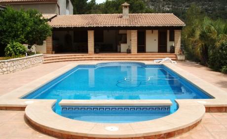 piscina y sus exteriores